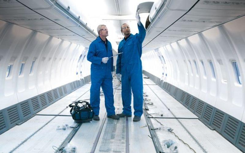 Flugzeugkabine von innen ohne Sitze mit Flugzeugbauern