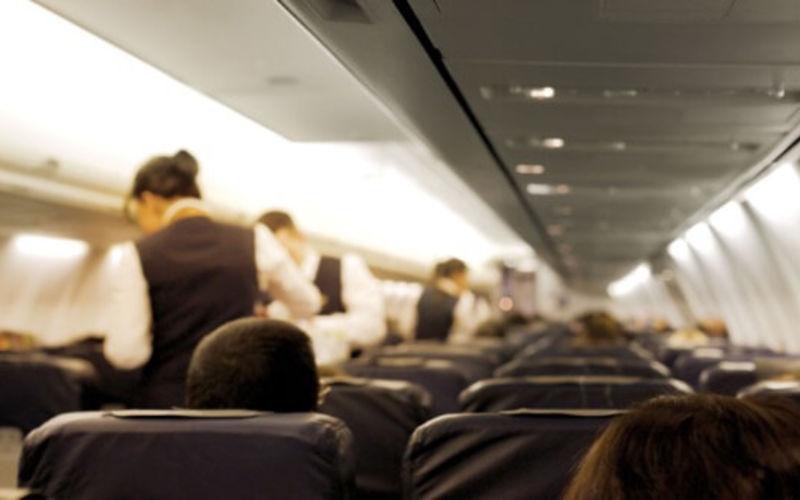 Crew Services bedienen die Fluggäste