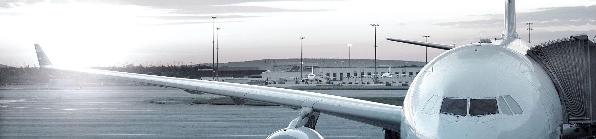 Parkende Flugzeuge am Flughafen - Aviation Power Group