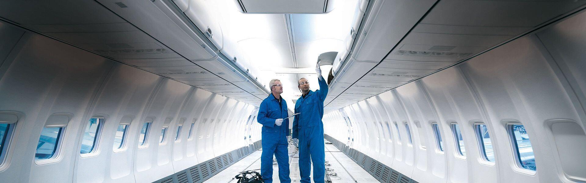 Flugzeugbauer von Aviation Technical Services bei der Arbeit