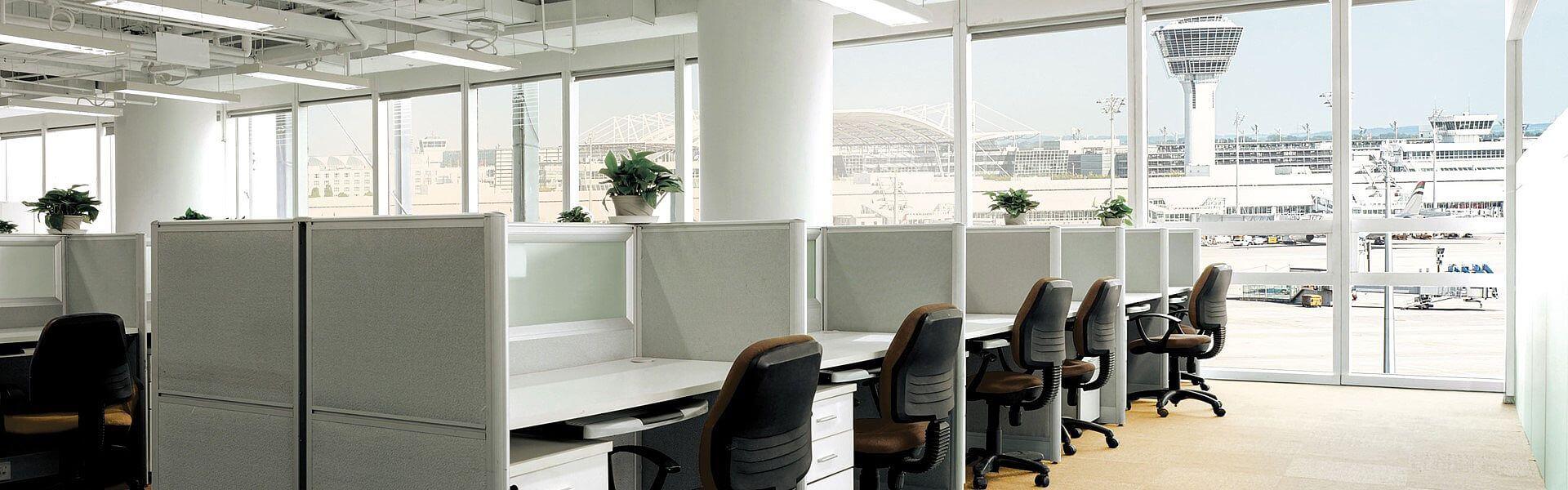 Business Services - Arbeitsplatz mit Blick auf Flughafen